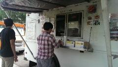 トラック屋台の一つのタイ料理屋240.jpg