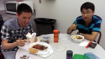 昼食を共にする中国からの留学生と研究者.jpg