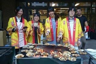 11/27(金)「北海道るもい展 in 近畿大学」を開催 ~留萌市特産のホタテをバイオコークスで美味しく焼き上げる~