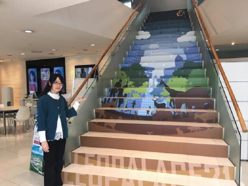 L+(エルプラス)大阪に、鮮やかな階段デザインアートが完成! レオパレス21と近畿大学の学生による産学連携プロジェクト