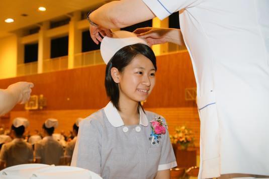 看護師への第一歩 「戴帽式」実施 ナースキャップを戴き、看護師としての自覚を新たに 近畿大学附属福岡高等学校
