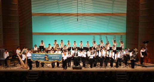 「第40回POPSコンサート」開催 舞台音楽家の宮川彬良氏が指揮を担当 近畿大学吹奏楽部<br />