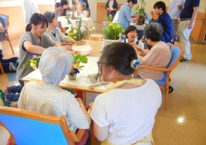福祉施設でボランティア活動を実施 園芸療法士を目指す学生が地域に貢献 施設利用者とフラワーアレンジメントを作製