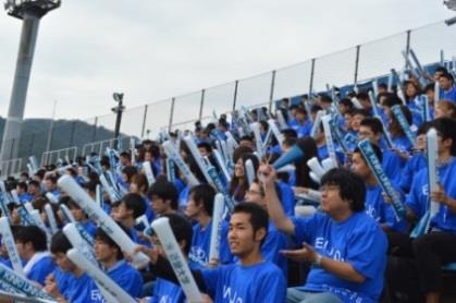 応援席を近大ブルーで埋め尽くす 近畿大学体育会クラブ応援ツアー開催 近畿大学スポーツ振興センター