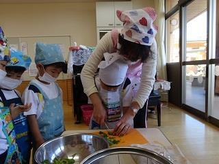 11/10(火)近畿大学附属幼稚園1年間の食育教育の集大成!「キッズクッキング」を開催 ~農学部食品栄養学科との連携で園児の食への興味・関心を高める~