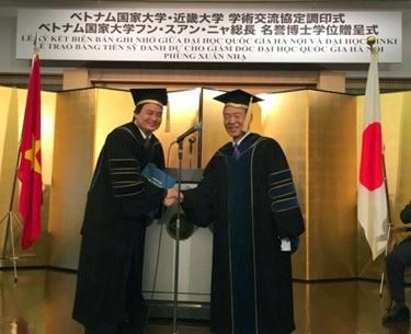 ベトナム国家大学ハノイ校フン・スアン・ニャ総長に<br /> 名誉博士(経済学)の学位記を贈呈
