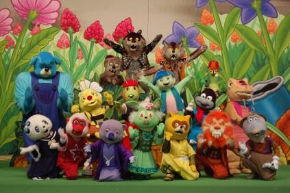 人形達がマジックや合唱で小児患者を笑顔に! 「劇団カッパ座」による病院内パフォーマンスが実現