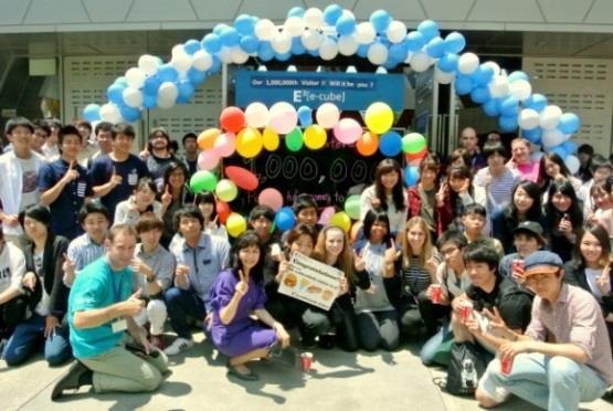入場者100万人突破記念イベント 近畿大学英語村E3[e-cube]開設10周年