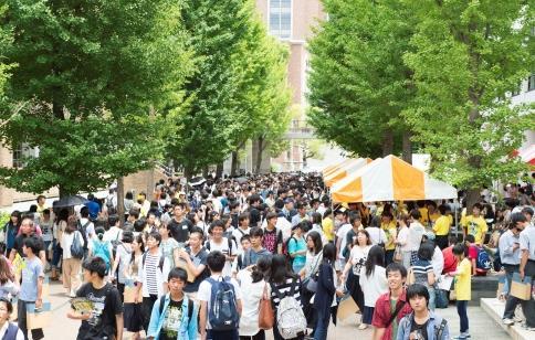 西日本最大のオープンキャンパス開催 「近大マグロ&カンパチ」試食会、新エリア内でナマズ&Chipsの販売も