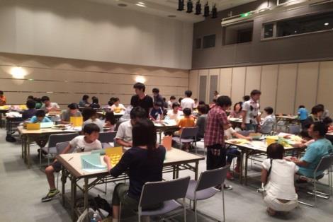 「折り紙建築(ペーパークラフト)親子教室」を開催 近畿大学が東広島市教育文化振興事業団に協力