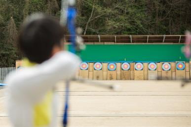生駒市長が近畿大学洋弓場を視察 洋弓部監督、オリンピック銀メダリストとスポーツ振興について意見交換