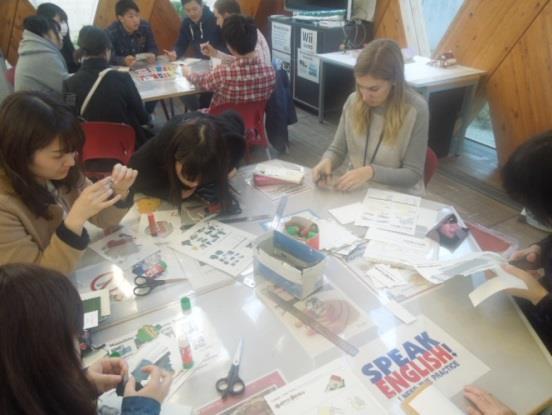 英語村E3[e-cube](イーキューブ)チャリティアートフェスティバル 文芸学部芸術学科の学生らが製作したアート作品を英語で売買