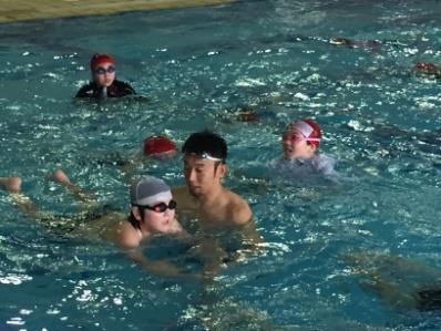 ~アテネ五輪銀メダリストが附属小学校の児童に泳ぎ方を伝授!~「近畿大学水上競技部監督 山本貴司による水泳指導」を実施<br />