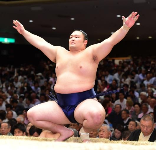 平成28年近畿大学卒 九月場所で敢闘賞! 朝乃山関に化粧まわしを贈呈