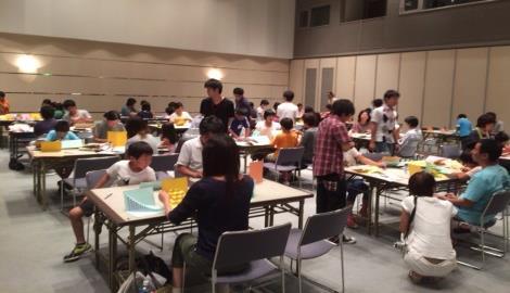 「折り紙建築(ペーパークラフト)親子教室」を開催 建築学科の学生らが小学生に建築の面白さを伝える