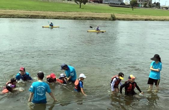 遠賀川水辺館主催『サマースクール』に学生が協力 環境ボランティア部 子どもたちの安全を守る