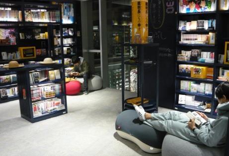 学生が夜通しお勧めの本を語り合う 夜の図書館お泊り企画