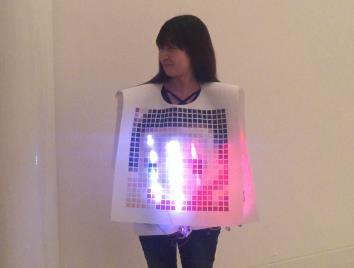 「ようこそ!ぼくらのKAMA CITYへ」 嘉麻市立織田廣喜美術館で小学生と光る洋服をデザイン