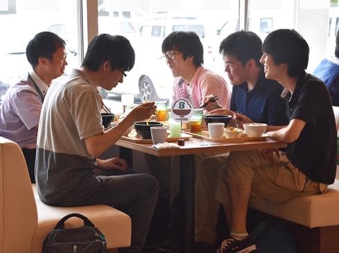 学食ランチで就活!「モグジョブ」を西日本初開催 地元企業が食事代を負担して学生とマッチング!地方創生へ