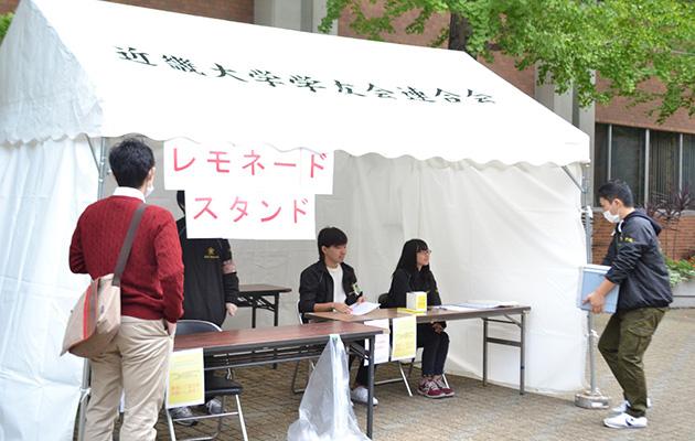 学生が小児がん患者支援を目的にチャリティー活動 学内にレモネードスタンドを設置し、売上金を全額寄付