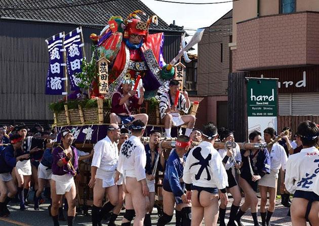 「飯塚山笠」に学生がボランティア参加 清掃ボランティア・山笠の担ぎ手として市民祭に協力