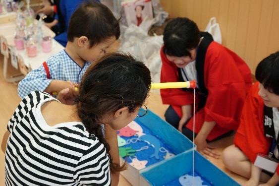 近畿大学奈良病院小児病棟で夏祭りイベントを開催 「食事満足度向上プログラム」参加学生が考案した手作りおやつを提供