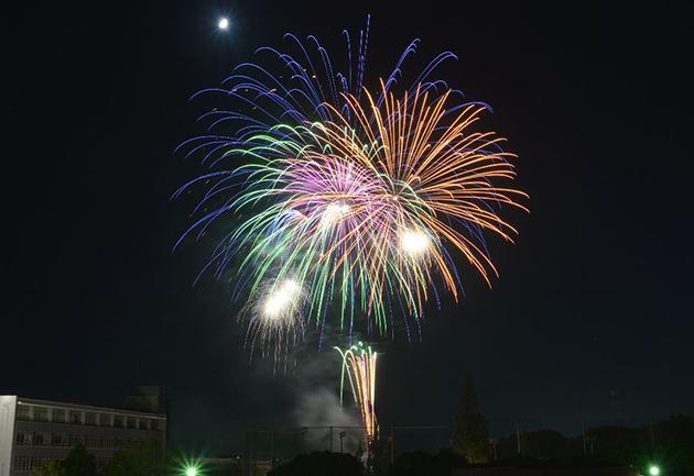 大学祭「第53回柏の森祭」開催 飯塚の夜空を彩る約500発の打ち上げ花火
