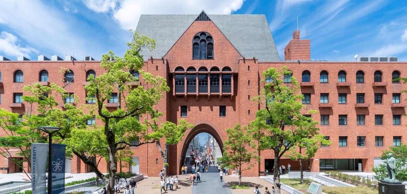新型コロナウイルスの影響で通学できなかった新入生が初めてキャンパスで同級生と交流