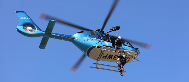 直下型地震発生を想定した災害対策訓練を実施 県警機動隊・航空隊と連携し、ヘリコプターによる救助訓練も