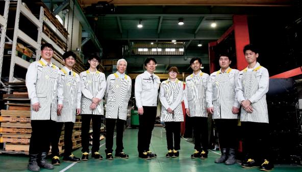 文芸学部生が東大阪の企業のユニフォームをデザイン 国産ジーンズメーカーとのコラボでおしゃれな作業着が完成