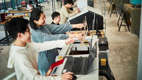 学生、教員、企業が集う実験的なモノづくり拠点「THE GARAGE」 モノづくりのまち東大阪で学生が企業に真剣勝負を挑む