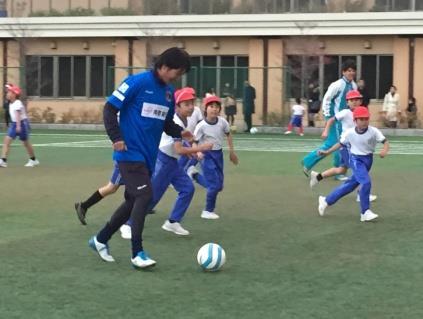 近畿大学附属小学校で奈良クラブの選手による体験授業 プロサッカー選手が小学生を直接指導