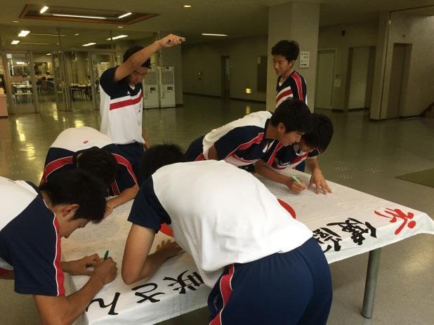 卒業生3人がリオ五輪で競泳・障害馬術に出場 リオ五輪での健闘を在校生が祈願 リオに届け!日の丸に応援メッセージを! 近大附属高校
