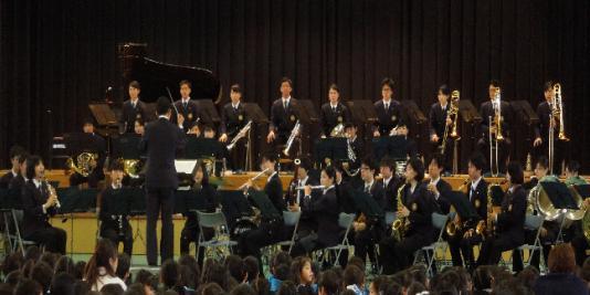 近畿大学吹奏楽部が演奏を披露!近畿大学附属小学校「芸術鑑賞会」開催