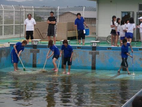 菰田小学校プール清掃に、学生サポーター参加 近畿大学九州短期大学学生ボランティア部が活動
