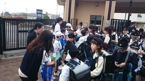 「吉野の桜募金運動」を実施 「一目千本」を守るため2年生児童代表が「吉野の桜を守る会」に贈呈