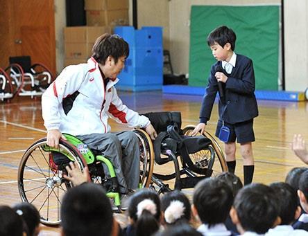 パラスポーツ体験学習会「あすチャレ!School」開催 車いすバスケットボールを体験し、障がい者への理解を深める