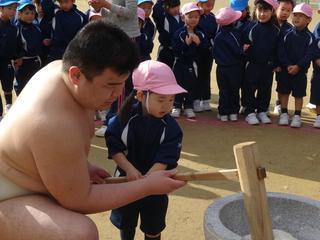 幼稚園生と相撲部学生が「もちつき大会」 日本の伝統を体験 餅つきの由来や正月について理解を深める