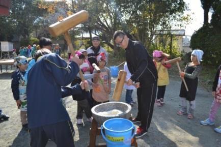 菰田小学校もちつき大会に、学生サポーター参加 近畿大学九州短期大学ボランティア部の活動