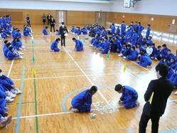 中学校で「百人一首大会」を開催 チームで競い合い、事前学習の成果を発揮