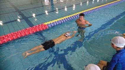 山本貴司と一ノ瀬メイ選手が水泳指導 オリ・パラリンピアンが小学生に「チャレンジ精神」を伝授!