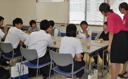 近畿大学九州短期大学「オープンキャンパス」開催 「オリジナルタンブラー」や「ペーパーステンドグラス」を作ろう