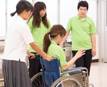 近畿大学九州短期大学「オープンキャンパス」開催 「しゃぼん玉あそび」や「来客応対」・「車椅子支援」を体験