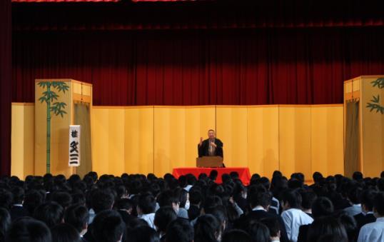芸術鑑賞会「学校寄席」開催 全校生徒で伝統芸能・落語を鑑賞