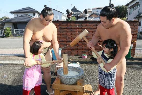 園児とお相撲さんが「もちつき大会」開催 日本の伝統行事について理解を深める