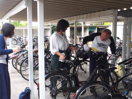 通学用自転車の一斉整備点検を実施 安全な通学ため、自転車販売店による点検と保護者の見守りを実施