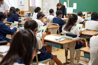 AI(人工知能)を使った英語授業の効果を課外授業で検証 小学生が清水寺にて外国人観光客へインタビューを実施