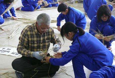 しめ飾りづくり講習会を実施 1年間の稲作実習から米文化を学ぶ