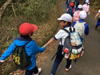 小学校全児童696人で「耐寒生駒登山」に挑戦 「一緒に頑張ろう!」励ましで生まれる「信頼と絆」