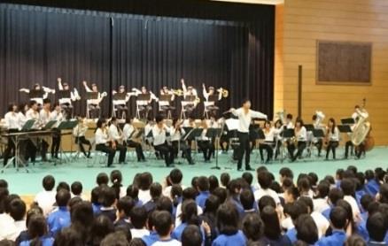 近畿大学附属小学校「芸術鑑賞会」開催 数々の受賞実績をもつ近畿大学吹奏楽部による生演奏を鑑賞